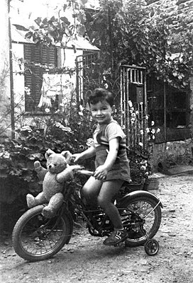 Child leaning to cycle - p8130447 by B.Jaubert