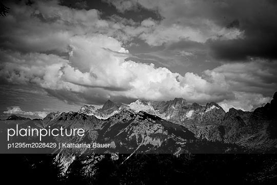 Berge und dramatischer Himmel  - p1295m2028429 von Katharina Bauer