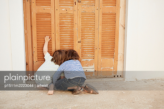Zwei Jungs schauen durch ein Loch in der Tür - p1511m2223044 von artwall