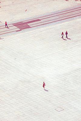 Menschen auf Alexanderplatz in Berlin - p432m1475518 von mia takahara