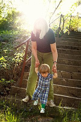Großmutter mit Enkelin - p972m1160317 von Felix Odell
