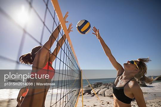 plainpicture - plainpicture p1315m2014098 - Female volleyball players p... - plainpicture/Wavebreak