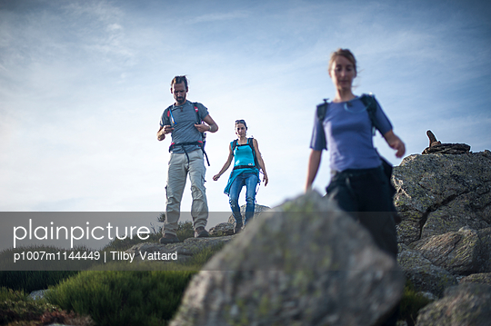 Three people walking in nature - p1007m1144449 by Tilby Vattard