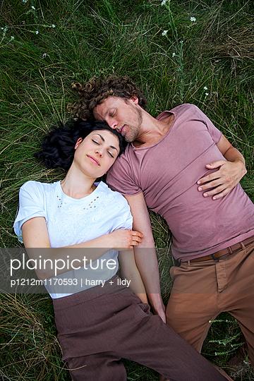 Paar auf der Wiese - p1212m1170593 von harry + lidy