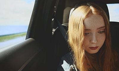 Trauriges junges Mädchen - p1694m2291653 von Oksana Wagner