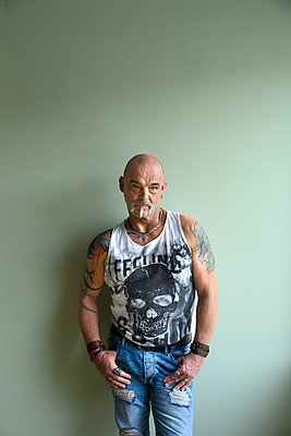 Tattooed man, portrait - p427m2272322 by Ralf Mohr