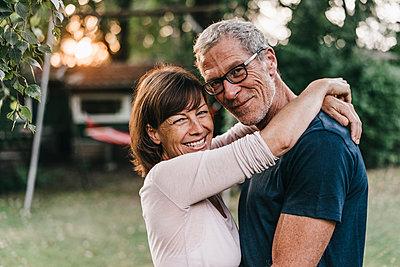 Reifes Paar umarmt sich im Garten - p586m1178623 von Kniel Synnatzschke