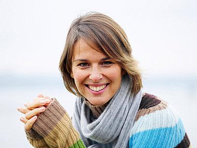 Portrait einer Frau an einem See  - p6430095 von senior images