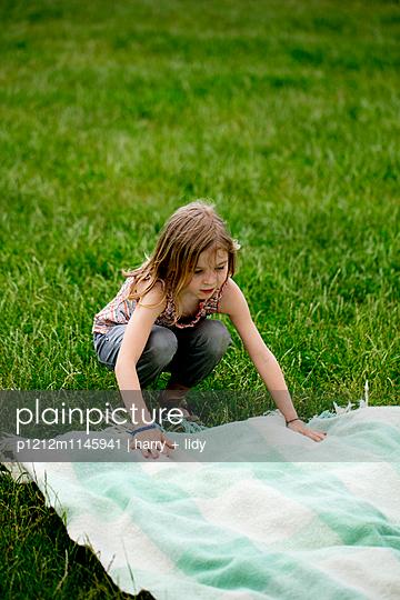 Mädchen mit Picknickdecke - p1212m1145941 von harry + lidy