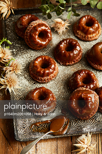 Small ring cakes with chocolate icing - p1640m2261058 by Holly & John