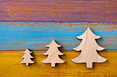 Weihnachtsbäume aus Holz - p533m1463082 von Böhm Monika