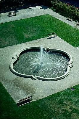 Springbrunnen in einem Park - p851m1481689 von Lohfink