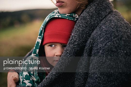 Mother and son - p1046m2053655 by Moritz Küstner
