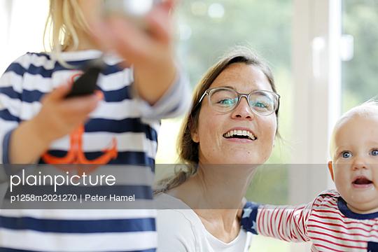 Mutter und zwei Kleinkinder - p1258m2021270 von Peter Hamel