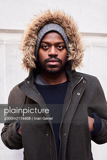 Portrait of mid adult man with hoodie in winter - p300m2114408 von Ivan Gener