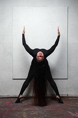 Female dancer with long black hair - p1139m1503078 by Julien Benhamou