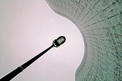 Lampe an Fassade - p1268m1084089 von Mastahkid
