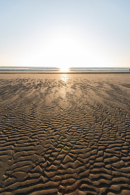 Denmark, Romo, Rippled beach at sunset - p300m2180010 by Anke Scheibe