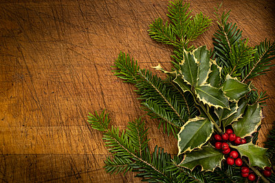 Mistletoe and pine fronds - p1427m2163700 by Tetra Images