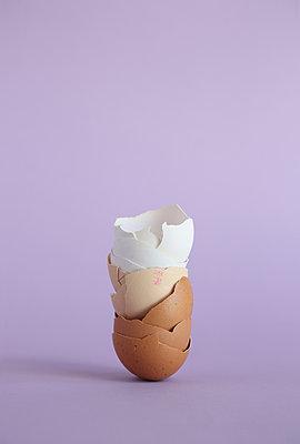 Stacked eggshells - p237m2271406 by Thordis Rüggeberg