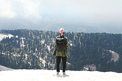 Woman with backpack enjoying mountain view, Sochi, Russia - p300m2154814 by Ekaterina Yakunina