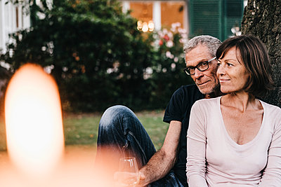 Reifes Paar entspannt im Garten - p586m1178332 von Kniel Synnatzschke