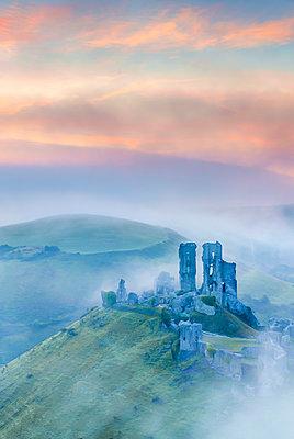 UK, England, Dorset, Corfe Castle at sunrise - p651m2085228 by Alan Copson