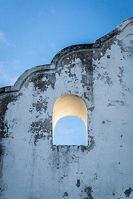 Fensteröffnung in einer verfallenen Mauer - p1170m1111643 von Bjanka Kadic