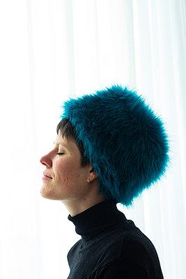 Young woman wearing a fur cap - p1650m2272225 by Hanna Sachau