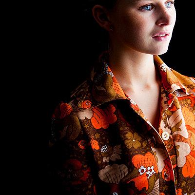 Junge Frau in 70er-Jahre-Kleid - p4130618 von Tuomas Marttila