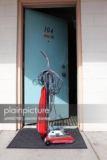 Staubsauger vor der Tür - p0452700 von Jasmin Sander