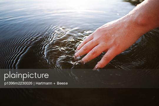 Frauenhand berührt Wasser - p1396m2230026 von Hartmann + Beese