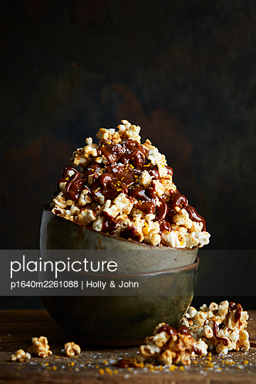 Popcorn with chocolate sauce - p1640m2261088 by Holly & John