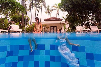 Zwei Frauen entspannen am Swimmingpool - p1108m1194356 von trubavin