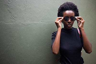 Young african woman with sunglasses, portrait - p1640m2260060 by Holly & John