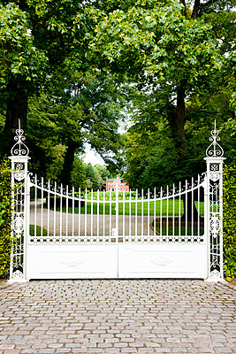 White gate - p248m933252 by BY