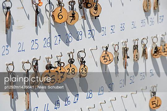 Schlüsselbrett im Hotel - p1292m1476641 von Niels Schubert