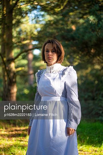 Frau in Dienstmädchenkleidung, Portrait - p1628m2222183 von Lorraine Fitch