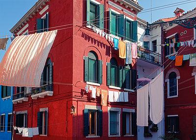 Italy, Burano, Laundry day - p1154m2230638 by Tom Hogan