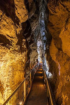 Neuseeland, Ozeanien, Nordinsel, Waitomo Caves, Ruakuri Cave, Stalaktiten und Sandsteinformationen (Limestone) in der Höhle - p300m2160091 von Fotofeeling