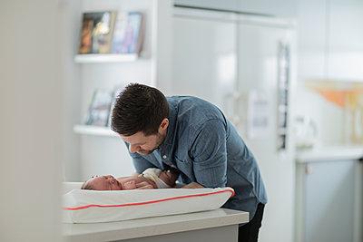 Man changing babys diaper - p312m2077846 by Jonas  Gunnarsson