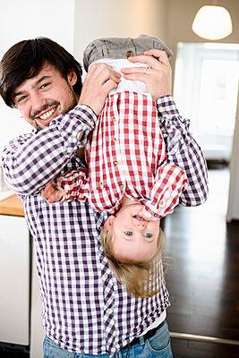 Vater mit seiner kleinen Tochter - p422m816903 von Büro Monaco