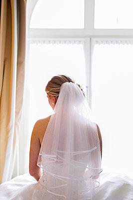 Braut am Fenster - p680m1119875 von Stella Mai