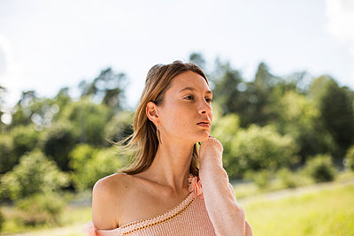 Portrait of young woman daydreaming - p975m1466269 by Hayden Verry