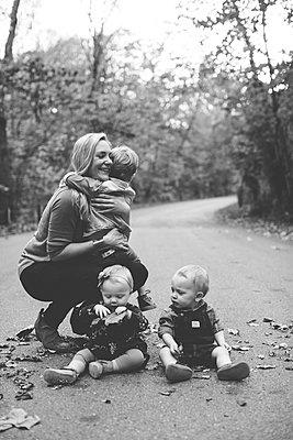 Mutter mit ihren drei Kindern - p1361m1503778 von Suzanne Gipson