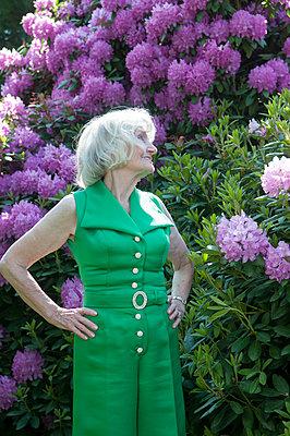Dame vor Rhododendron - p310m1069580 von Astrid Doerenbruch