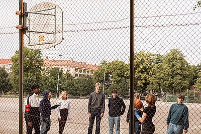 Teenagers playing basketball - p312m2239866 by Plattform