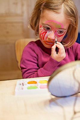 Mädchen schminkt sich I - p435m755204 von Stefanie Grewel