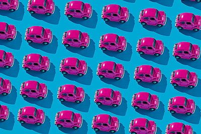 Mosaic of pink toy cars on a blue background - p1423m2217646 by JUAN MOYANO