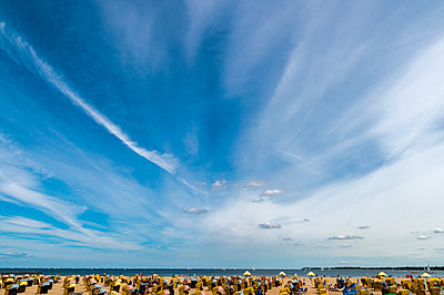 Germany, Travemuende, crowded beach under cloudy sky - p300m1469726 by Frank Röder
